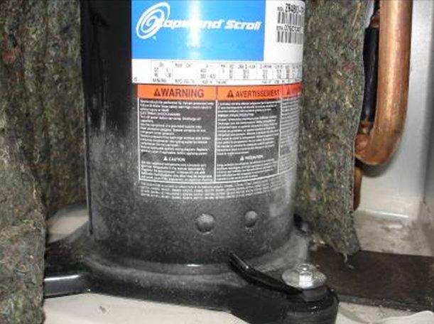 Недостаточная заправка фреоном привела к обмерзанию компрессора.