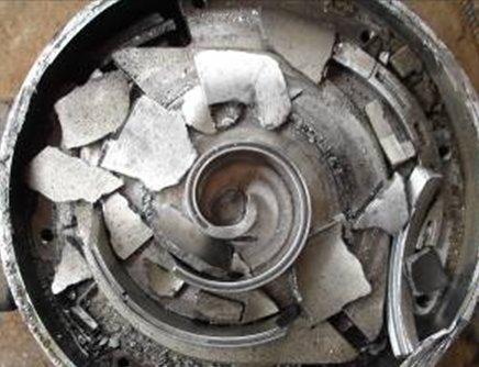 Заправка жидким хладагентом в газовую магистраль привела к механическому повреждению спирального компрессора.